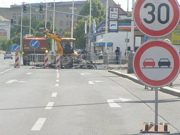 Oprava úniku plynu v ulici Vítězné v Rozdělově. Rekonstrukce celého plynovodu v této lokalitě započne v srpnu.