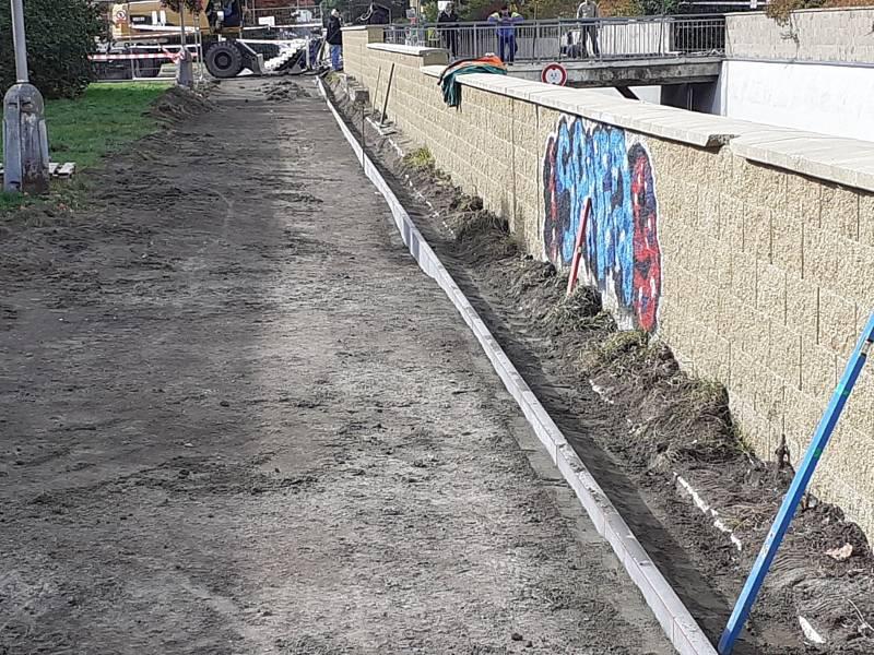 Oprava lávky u podjezdu v Kladně ve Vodárenské ulici.