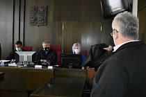 Ze soudního jednání s řidičem autobusu, který v červnu  2020 ve Slaném na autobusovém nádraží usmrtil sedmiletého chlapce.