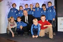 Vítěz kategorie trenér - Rony Tauš se svými svěřenci z SK Slaný.