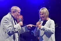 Jedenáctého ročníku Jazzového podvečera Bory Kříže se zúčastnila také dvojice Jiří Suchý a Jitka Molavcová.