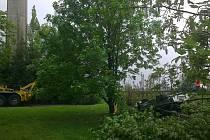 Škoda Octavia vyjela mimo silnici do soukromé zahrady, kde se převrátila na střechu