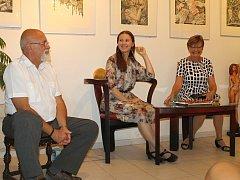 Zleva: Slánský galerista Jiří Hruška, výtvarnice Irina Kozub a tlumočnice Jelena Komedová
