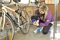 V CYKLOHRÁČKU si mohou cyklisté za jízdy dofouknout kola kompresorem nebo si půjčit  sadu na lepení duše, nářadí na opravu či mazání.