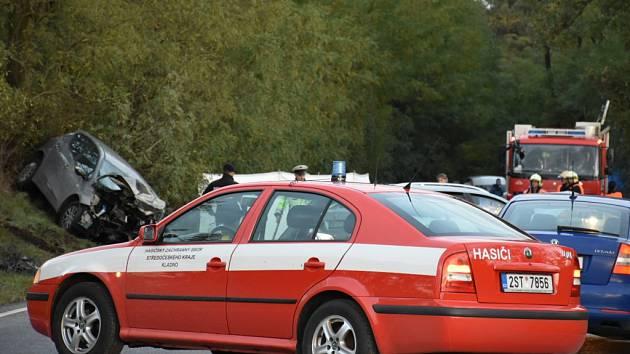 Tragická nehoda nedaleko Uhů u Velvar uzavřela silnici do Hleďsebe ve směru na Nelahozeves. Tragédie se stala v tamních serpentinách
