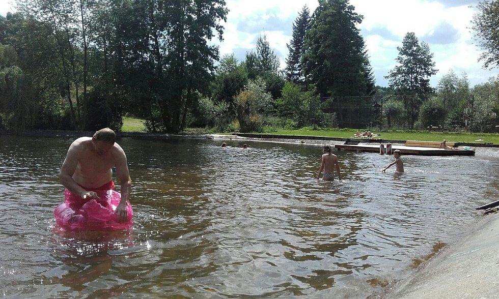 Koupaliště v Zichovci.