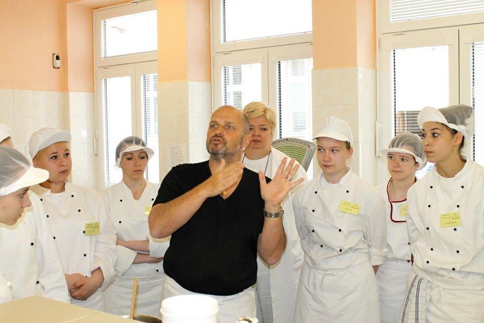Zdeněk Pohlreich ve slánské integrované střední škole při praktické výuce