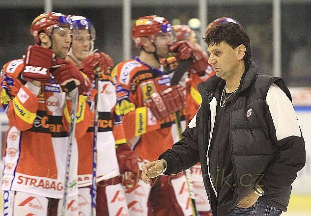 Vladimír Růžička po utkání odchází kvapně a beze slova přes plochu do kabiny. Jeho družstvo selhalo, možná ani taktika s vystřídaným brankářem nebyla ideální