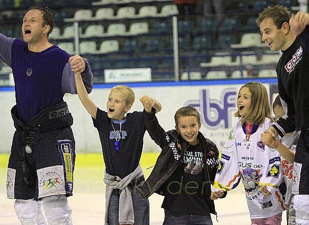 Stává se na Kladně hezkou tradicí ve fotbale i hokeji, že se sportovci podělí o radost z výhry se svými dětmi