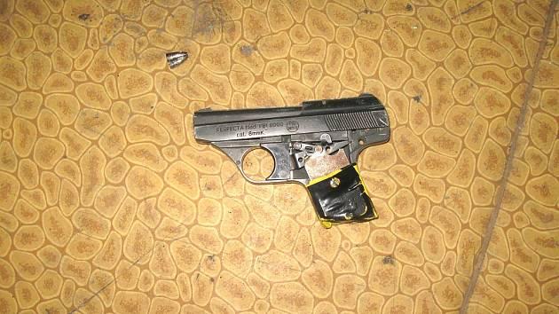 Sedmnáctiletý mladík namířil na strážníka tuto pistoli