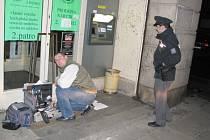 Proč byl poškozen spořitelní bankomat v Kladně-Rozdělově zjišťovali v neděli odpoledne na místě policisté i kriminalisté.