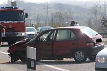 Při dopravní nehodě na silnici R6 nedaleko obce Doksy na Kladensku se zranilo šest osob.