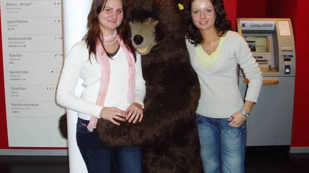Studentky třetího ročníku Blanku Bednářovou (vlevo) a Anetu Hruškovou (vpravo) nejvíce zaujalo muzeum plyšových medvědů.