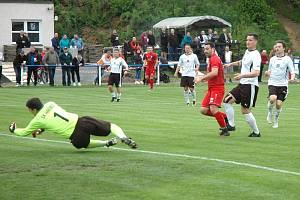 Komárov )v červeném) vyřadil z poháru Hřebeč po výsledku 4:0. Tady je první gól Beža.