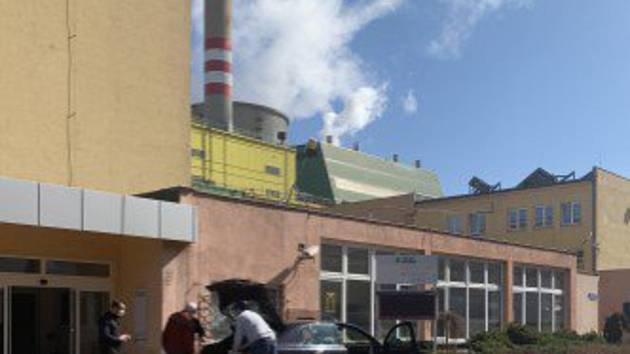 Radní Lukáš Hanes předává dar teplárenské společnosti v Kladně.