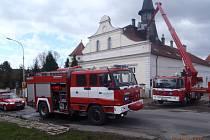 Zásah slánských hasičů na střeše zámečku v Trpoměchách