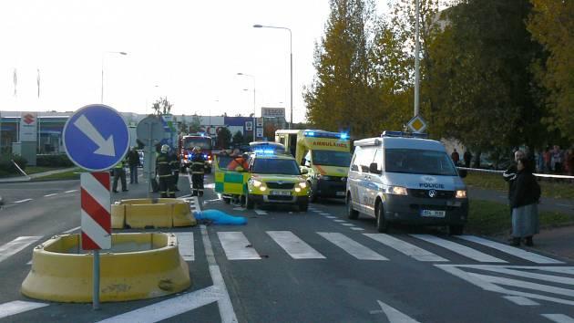 Motorkář usmrtil v Americké ulici v Kladně chodkyni. Na místě zasahovali hasiči, policisté i záchranáři.