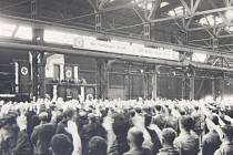"""DAV ZFANATIZOVANÝCH KLADENSKÝCH Němců děkuje v březnu 1939 v Poldině huti za své """"osvobození z poroby."""""""