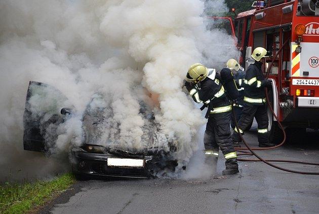 Požár zachvátil motorovou část vozidla a rozšířil se i do interiéru automobilu.