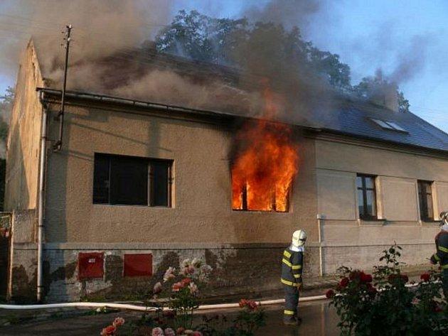 Při požáru v  v rodinném domě v ulici Sokola Tůmy v Kladně-Švermově málem uhořel majitel, ohroženi byli i sousedé.