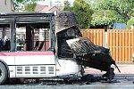 V Kladně se srazily v centru dva autobusy, další začal hořet ve Švermově