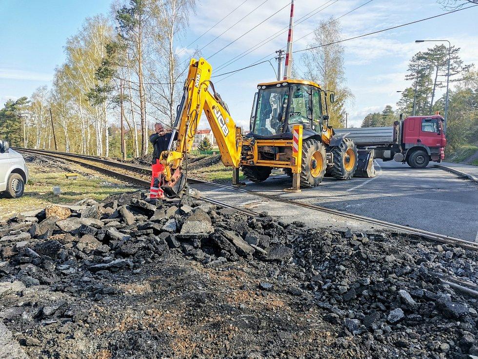 Práce v Doberské ulici v Kladně u železničního přejezdu.