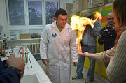 Na půdě slánského gymnázia bylo v rámci akce k vidění mnoho zajímavých pokusů.