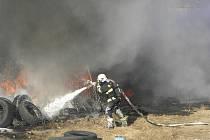 Hořící pneumatiky hasiči uhasili do deseti minut.