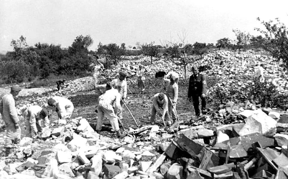 Ničení Lidic nacisty. Fotografie byla pořízena přímo v místech, které se proměnilo ve sjezdovku..