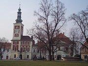Náměstí ve Slaném. Budova někdejší radnice s hvězdou na kopuli.