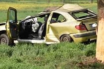 Dopravní havárie u Dolína. Řidička naštěstí náraz do stromu přežila.