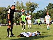 Velvary (v zeleném) prohrály v MOL Cupu s Hradcem Králové 0:1. Sudí Lerch vysvětluje, že penalta v žádném případě