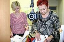 Od 2. ledna 2012 mají také slánské úřednice plné ruce práce při vyřizování nových elektronických občanských průkazů.