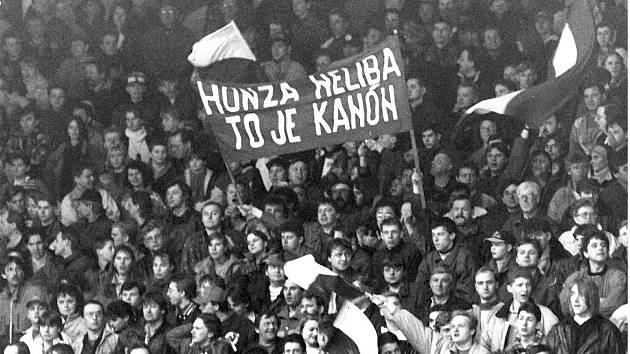 Honza Neliba, to je kanón. Slavný transparent nosili fanoušci na Kladně do hlediště v 80. letech. Honza Neliba je kanón i teď po více než třiceti letech.