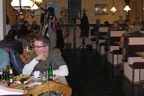 V restauracích  je v době obědů většinou kouření zakázáno či nabízejí návštěvníkům nekuřácké prostory.