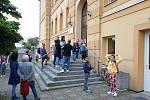 První den školního roku 2020/2021 před Základní školou v Libušíně.