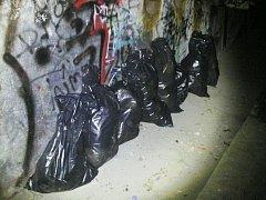Na strážníky čekalo překvapení v podobě pytlů s odpadem.