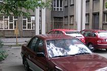 Ve Vítězné ulici v Kročehlavech stojí již více než měsíc viditelně nepojízdné vozidlo.