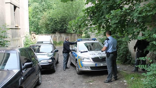 V NĚKTERÝCH SLÁNSKÝCH lokalitách je kvůli nárůstu kriminality policie častěji než jinde. V opuštěných činžácích v Ouvalově ulici například nedávno řádili zloději kovů. Preventistických projektů proto není nikdy dost.