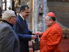 Se slánským farářem se přijel rozloučit i kardinál.