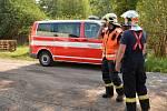 Se záchranou slepic pomáhali hasiči.