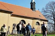 Jarní procházka po naučné stezce začala v sobotu ve Vrapicích.