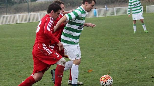 Nové Strašecí (v červeném) - Lhota 1:0. Matyáš Kudela si zahrál proti mateřskému klubu a měl i jednu velkou šanci.