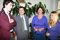 Zleva: Student David šarboch, zást. řed. GVBT Slaný Vladimír Kulich, profesorka Jarmila Eklová, studentka Michaela Davidová.