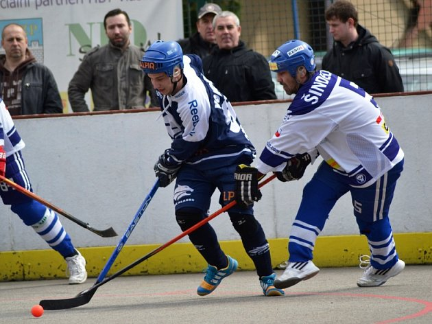 Vlašim - Kladno 2:3 po nájezdech. Ty rozhodl kladenský Martin Špaček (vlevo), který tady bojuje s vlašimským Šindelářem.