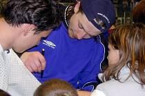 Martin Čech se po úspěšné baráži v dresu Kladna (2003) podepisuje fanouškům.