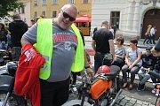 Slánský patriot Martin Doupovec objevil na náměstí u sběratele svoji první motorku, kterou mu kdysi za maturitu věnovala babička. Šťastné shledání po letech.