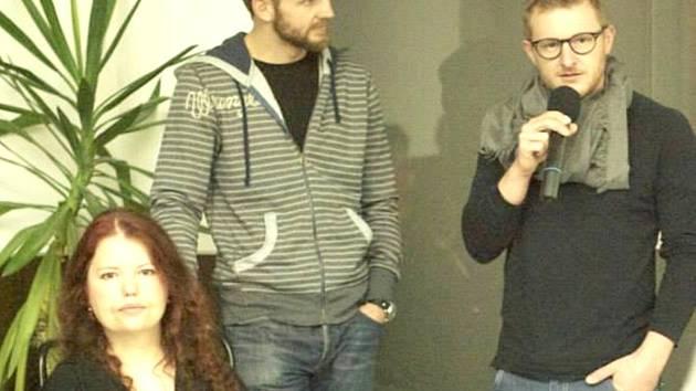 KRISTINA POCHMANOVÁ, kickboxer Honza Homolka a fotograf Tomáš Lébl na vernisáži v Galerii Kladno.
