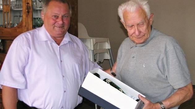 Losovací aktiv OFS. František Běhounek blahopřeje Vladimíru Pokornému k osmdesátce.