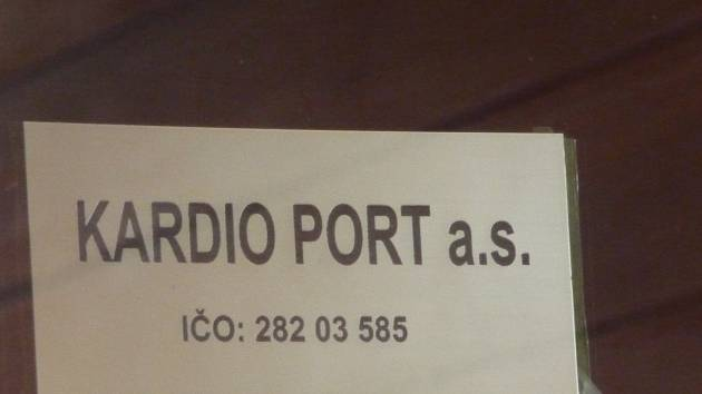 Na dveřích zbyla po společnosti Kardio Port jen cedule.